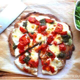 pizza z pomidorkami serem i pesto