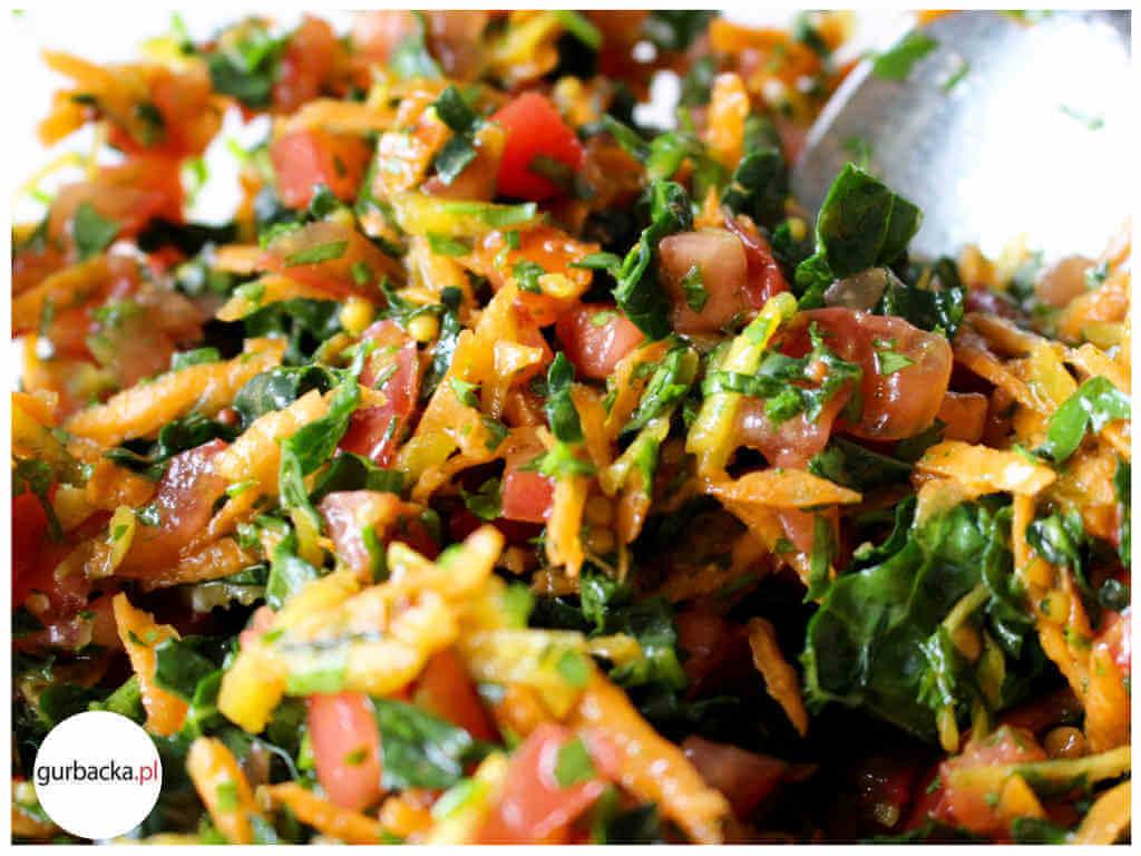 Prosta Salatka Z Jarmuzem Pomidorem I Marchewka